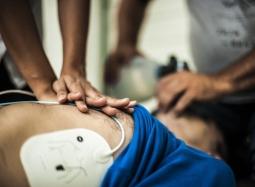 Первая помощь с использованием дефибрилляторов автоматических наружных